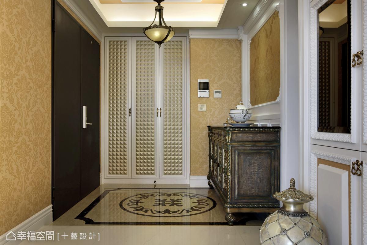 金系壁紙中綴以白色線板,與歐式古典傢俱烘托古典皇家風範。