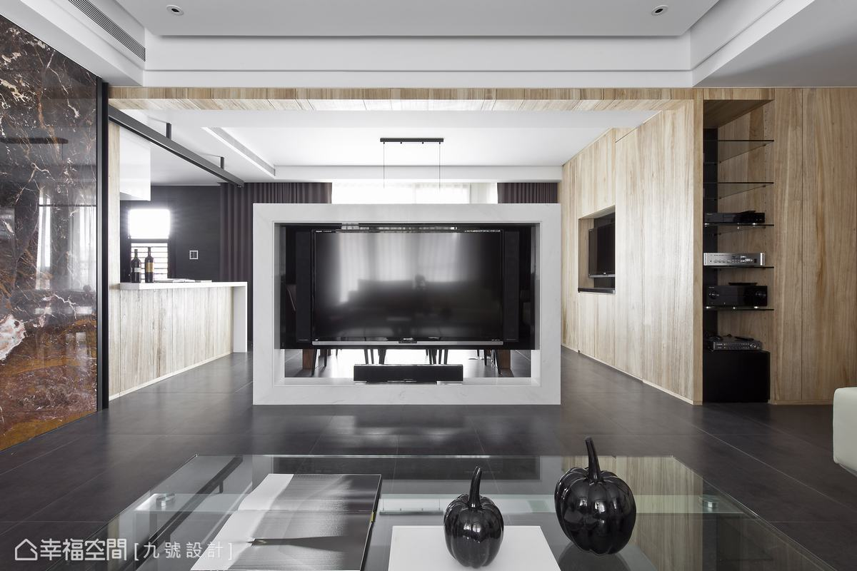 九號設計調整電視牆位置,位於軸心樞紐的設計銜接開放規劃的客廳、餐廳與廚房。