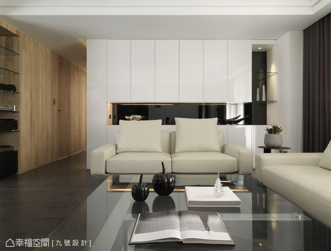 主要的收納機能整合於沙發後方的白色烤漆櫃體裡。