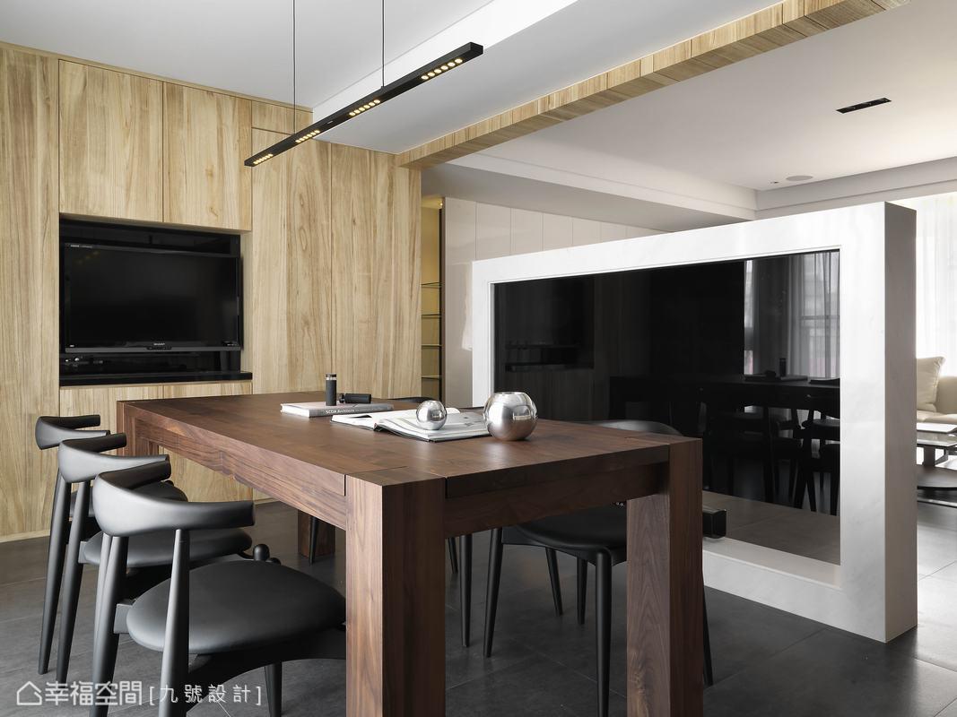 接續廊道設計的梧桐木餐櫃,以隱藏設計手法完整立面設計。
