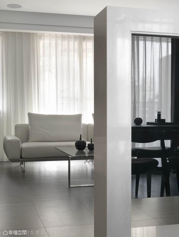 不做到滿的留白空間,可將視野延伸到戶外露台,前後光體的串連也放大了場域視感。