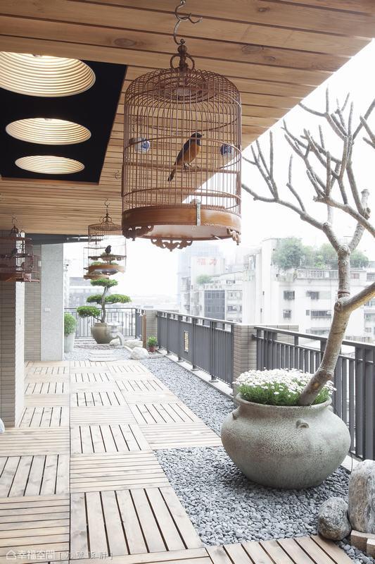 以主樹為設計軸心的露台,設計師則以卵石與木作鋪敘閒情,打造輕鬆漫步地日光大道。