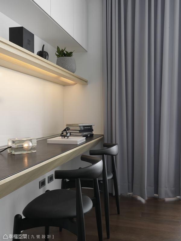 以斜切導角設計桌底,打造好坐的閱讀環境。