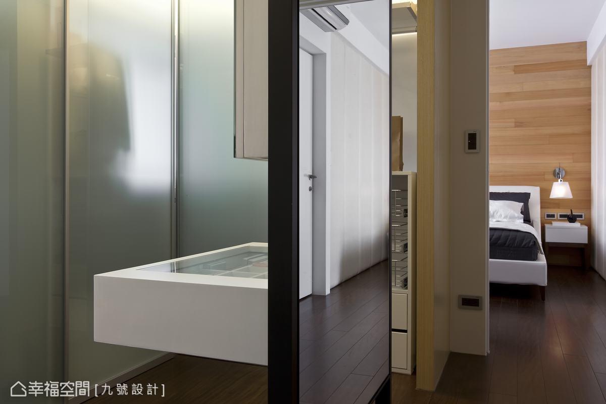 可靈活移動的系統櫃體,以loft改念引入自然光源。
