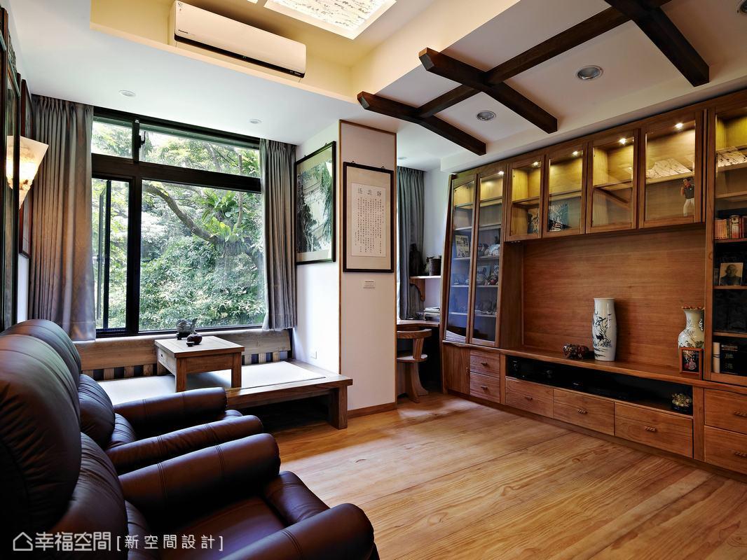 退休夫婦的生活風景,喜歡實木質樸的紋理與香味,屋外的大樹綠意更是購入本案的最大誘因。