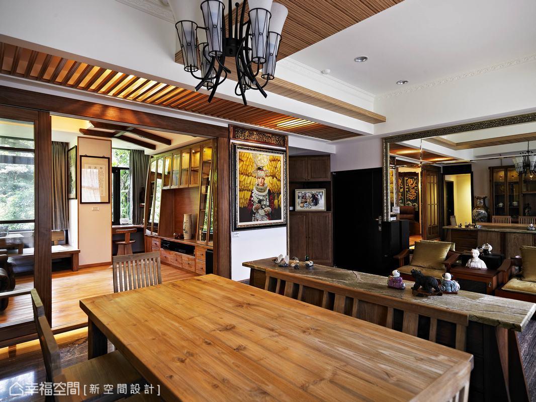 為了展示與收納屋主收藏的名貴珍品,新空間設計以實木訂製傢俱與之搭配。