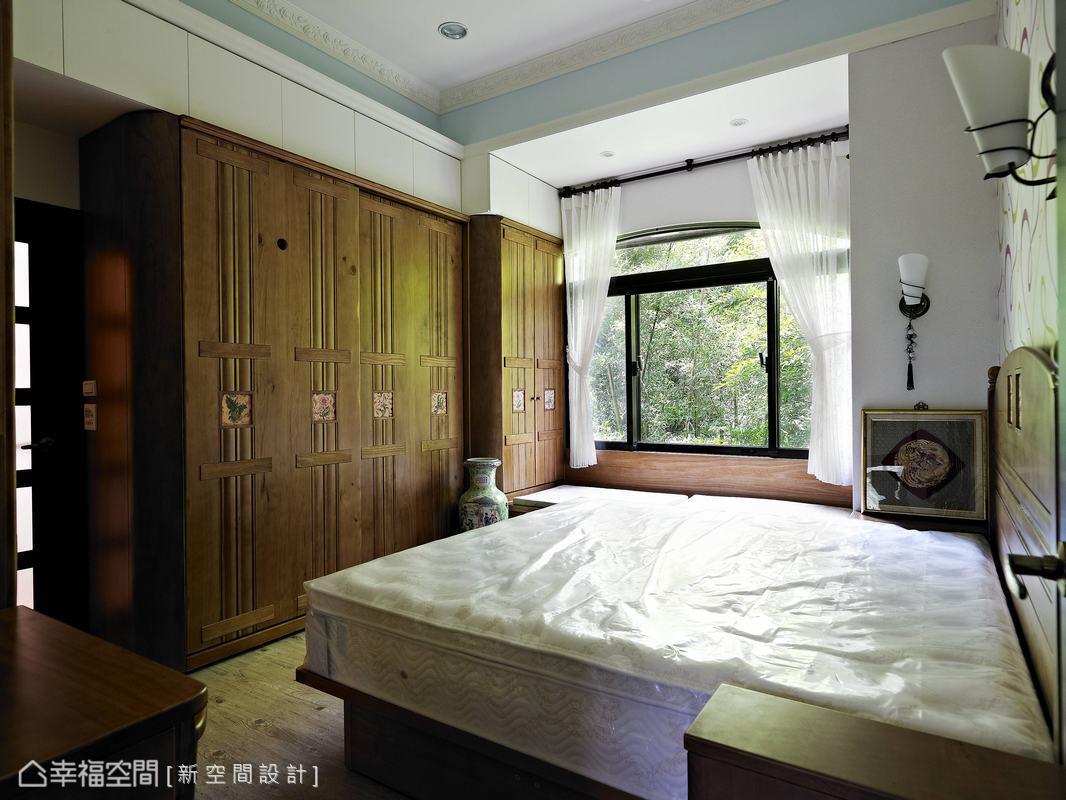 設計師於主臥房訂製鄉村風衣櫃,並於挑高天花處跳粉藍色塊拼接線板滾邊,呈現溫柔閒適的空間表情。