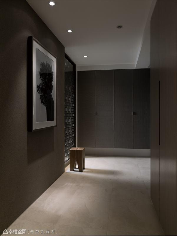 紋理隱約的陶藥漆櫃體增添過道處的細緻質感,而端景臨光處以電腦雷射切割格柵阻擋穿堂煞,並引入窗外日光,照亮玄關。