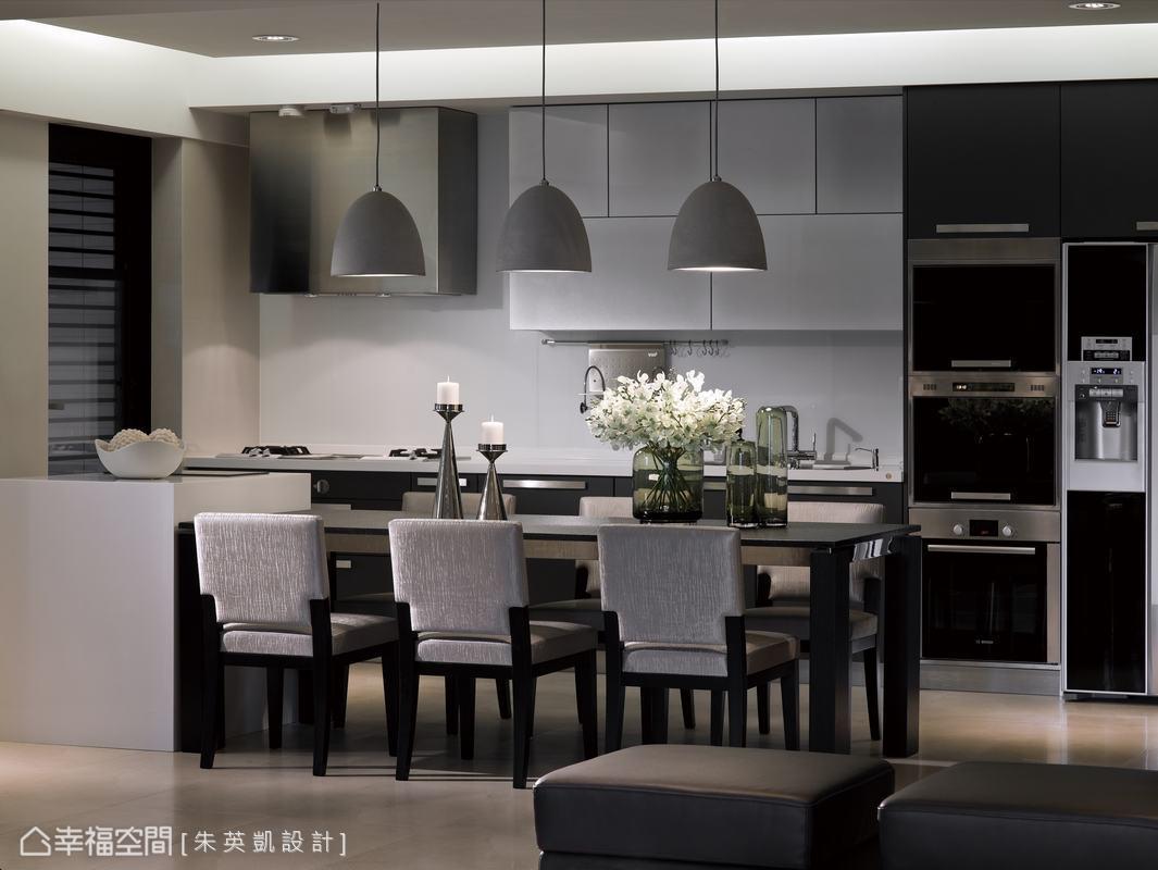 餐桌緊鄰中島吧台的設計,讓家人間的互動更為密切。