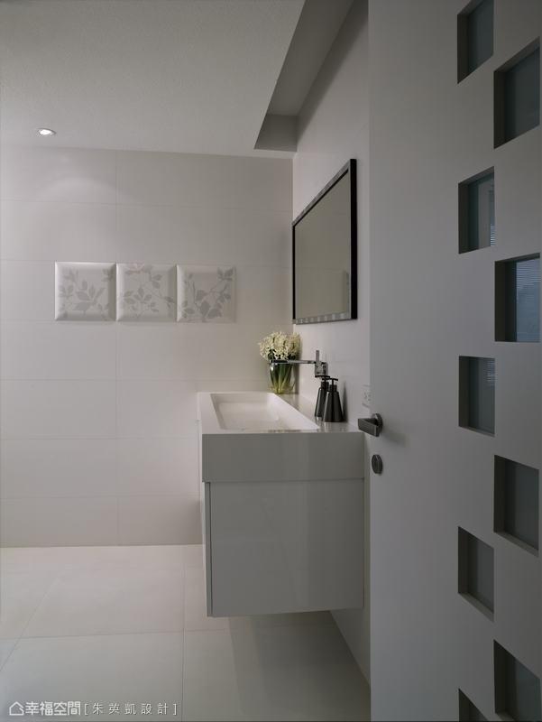 一反公共空間沉穩地用色,朱英凱設計於客衛浴裡採進口義大利磚表現白的層次。