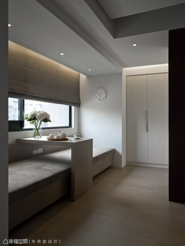 為了營造視覺上的平衡感,設計師於樑下處規劃窗前臥榻,並以窗簾盒光帶拉高視覺。