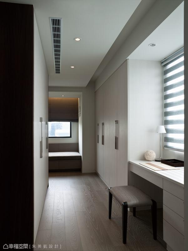 結合衣櫃與梳妝台,是設計師考量使用動線後的完美規劃。