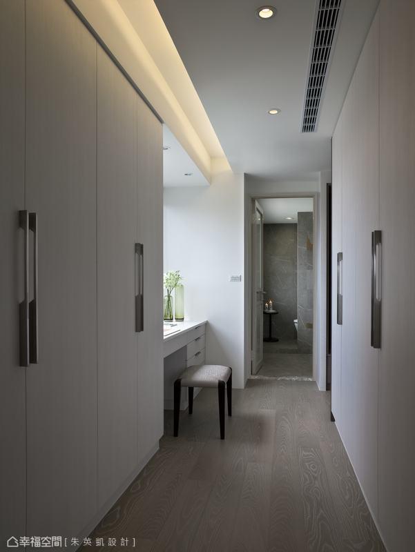 動線的最後進入主衛浴空間,開放的設計讓視野不感壓迫。