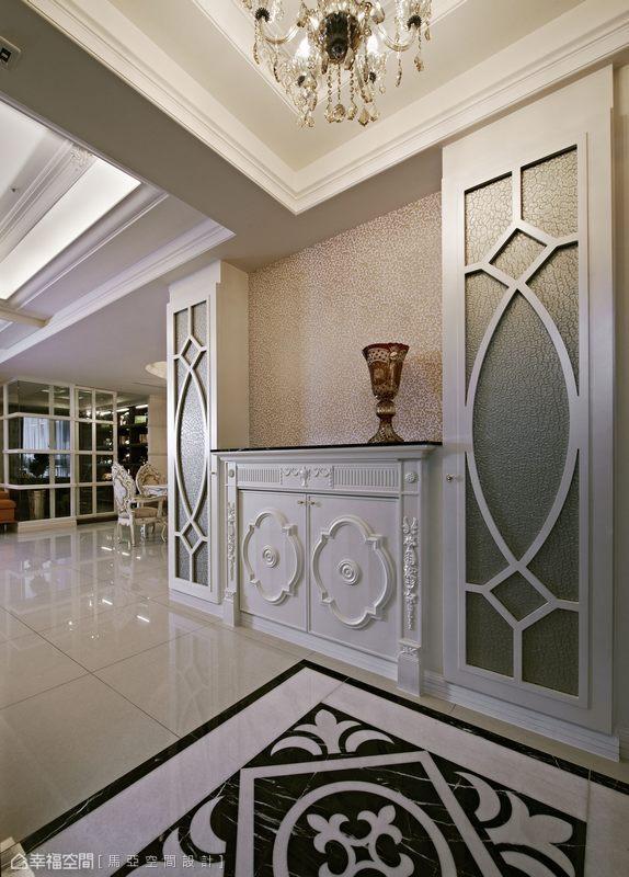 敞朗玄關作為迎賓的序曲,右側立面採用菱形切割鏡面表現,並可從端景櫃及收納櫃的新古典線條,嗅出本次設計的主軸。