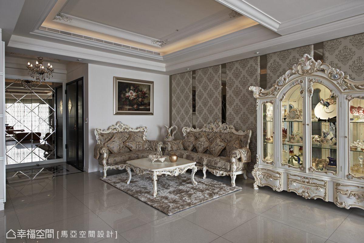圍塑著濃濃的新古典語彙,從國外進口的訂製傢俱工藝精湛,結合了牆面的花紋繃布,更是展現奢華的細膩質感。