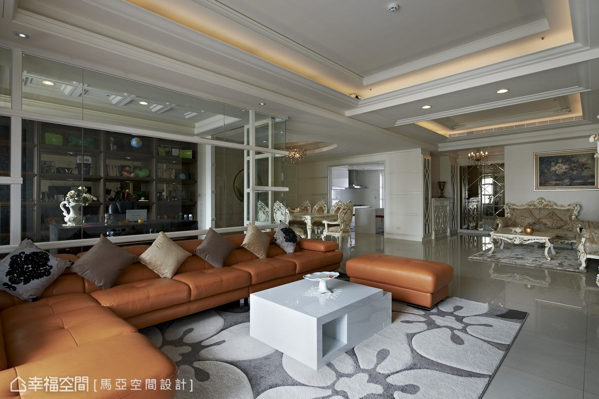 現代感風格的大客廳,線條就顯得俐落明快,跳色沙發的鮮明映襯,讓空間多了獨特個性。
