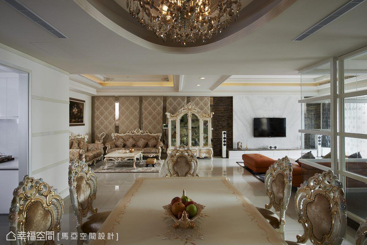 設計師拉長了視覺疆界,將兩個客廳、餐廳構築於同一面向,採開高度開放的方式呈現。