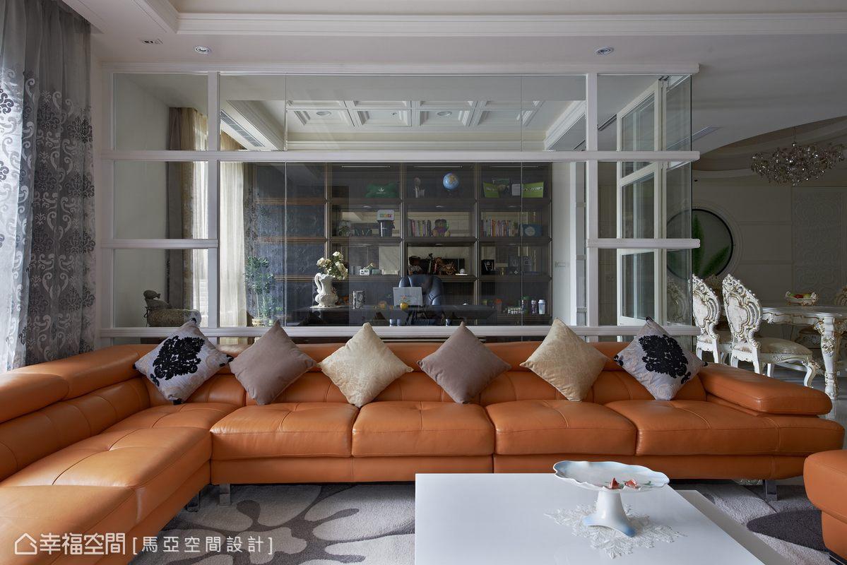 以穿透性高的清玻璃作隔屏,而大開面的落地窗,則引援露臺的自然天光,讓空間乾淨明亮。