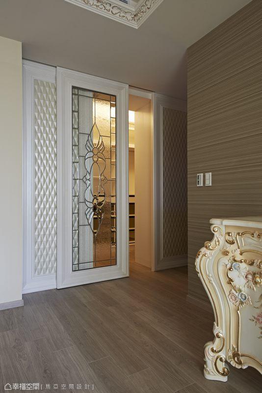 設計師設置了一間更衣室,讓物件得以清楚分門別類並以最優雅的方式呈現,使整體空間充滿層次美感。