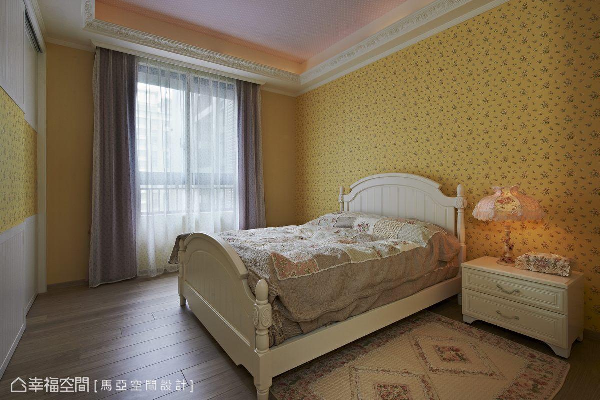 小孩房以牆上的壁紙顏色及床板線條劃分各部場域,讓設計、經典與時尚圍繞著,處處讓人感到驚豔。