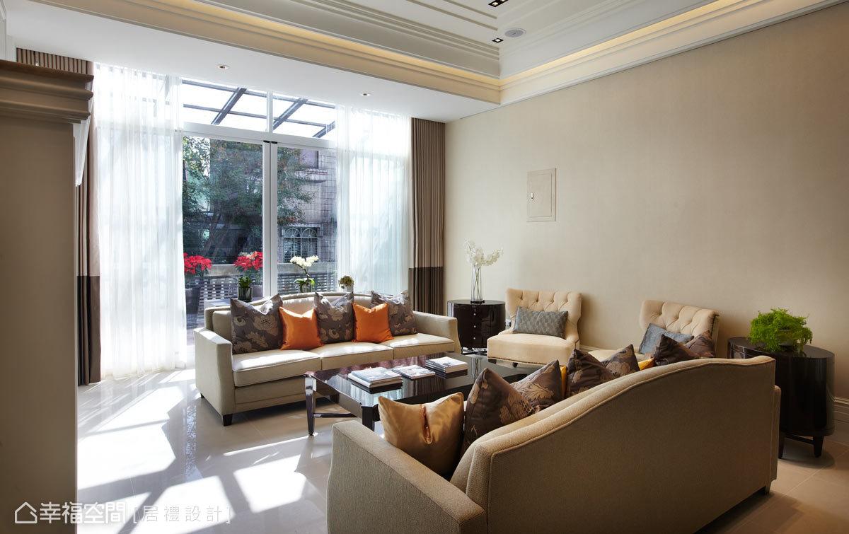 設計師將20年的老屋翻新,重新注入新生命及新格局,並精心鋪排新古典的底蘊,打造了一處細膩與舒適合一的空間。