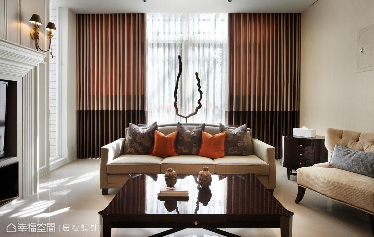 明亮敞朗的客廳,透過色彩及質材的表現,在屋內每個角落,都能夠呼吸到一致的美感邏輯;而窗外的天光,也透過大面開窗撒入溫暖幸福因子。