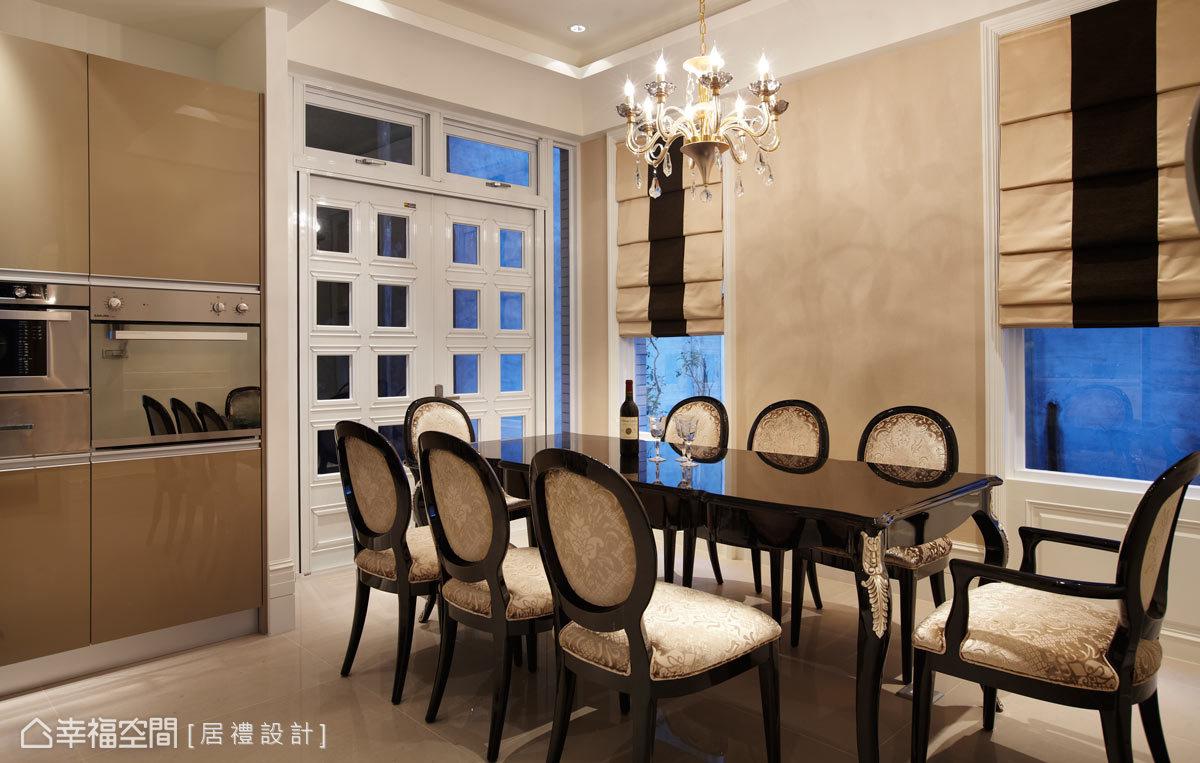 打造出瀰漫一室的精彩,讓新古典的曲緻美感展現在餐桌及餐椅上,華美的水晶吊燈作為視覺的焦點,也預告精彩的饗宴即將開始。