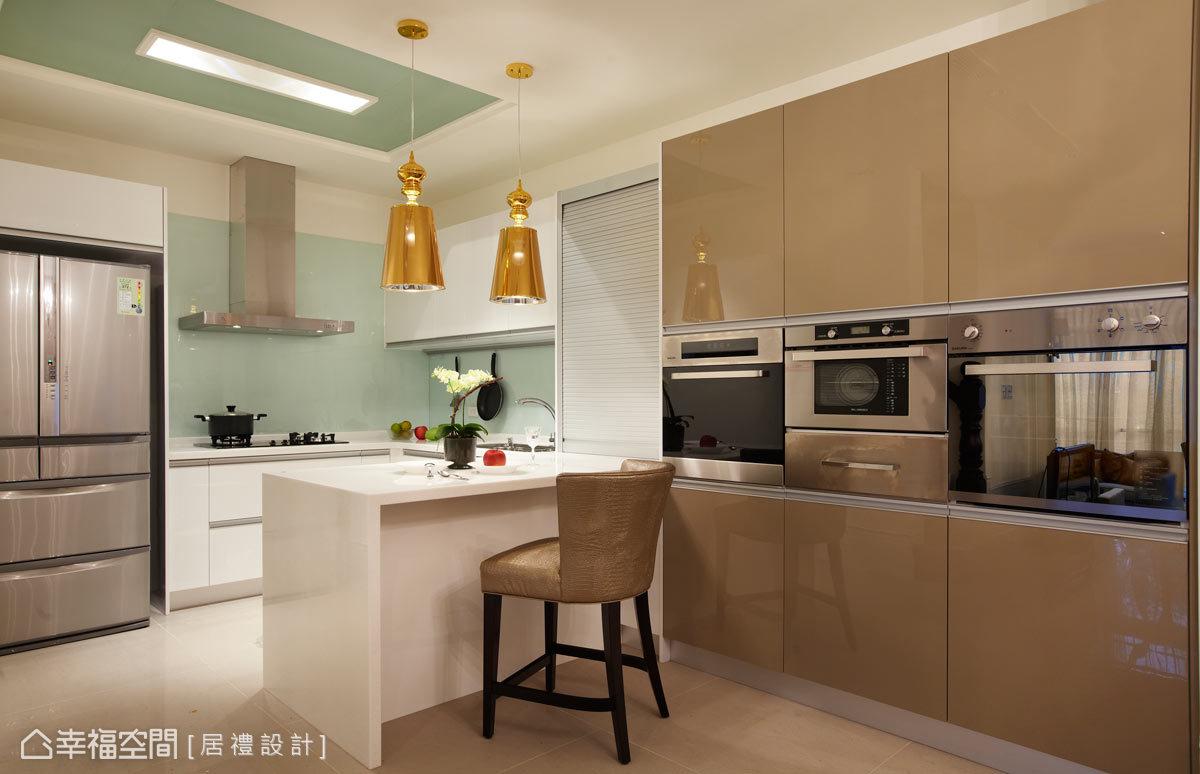 利用完整空間來揭示機能主題,將餐廳與廚房通體連結,並藉由中島吧台營造場域的穿透感;設計師也將家電做統整,並以簡單俐落的線條整合。