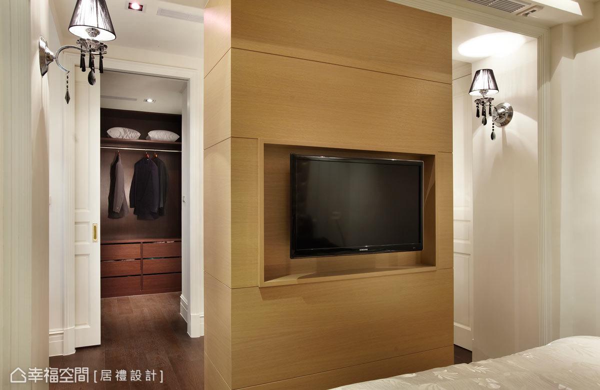 主臥空間刻畫了美的輪廓,營造出柔美、濃淡適中的臥眠氛圍,設計師也在其中增加起居室的功能,並以雙向動線讓行動上更加流暢。