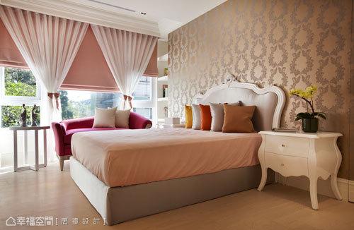 女孩房以粉色呈現柔美調性,並以花卉圖騰壁紙增添場域質感。