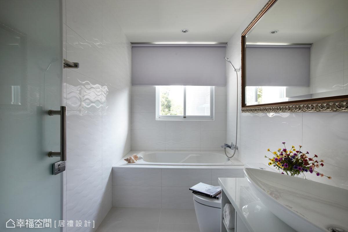 女兒房的衛浴以純潔的白為主色,大面的畫框式鏡面也讓新古典元素延續。