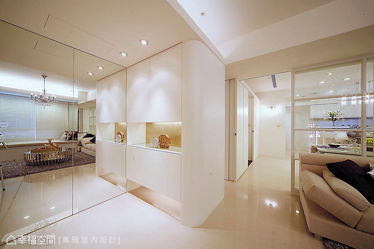 由明鏡與弧形收邊的收納端景櫃,揭開入內的迎賓意象。