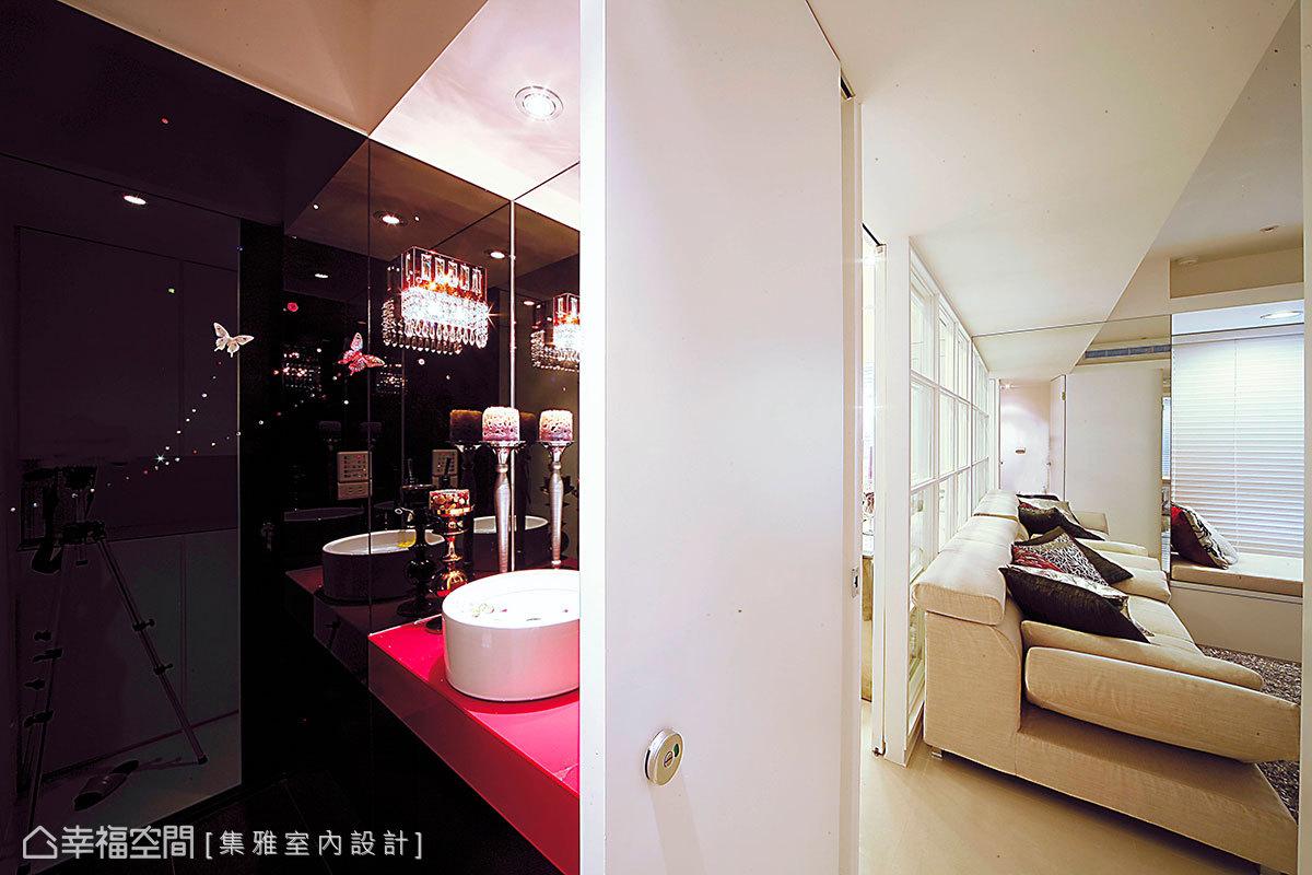 充滿現代華麗感的客用衛浴,使用了桃紅色的檯面、水晶壁燈與立體浮雕蝴蝶等元素,滿足女主人的夢想。