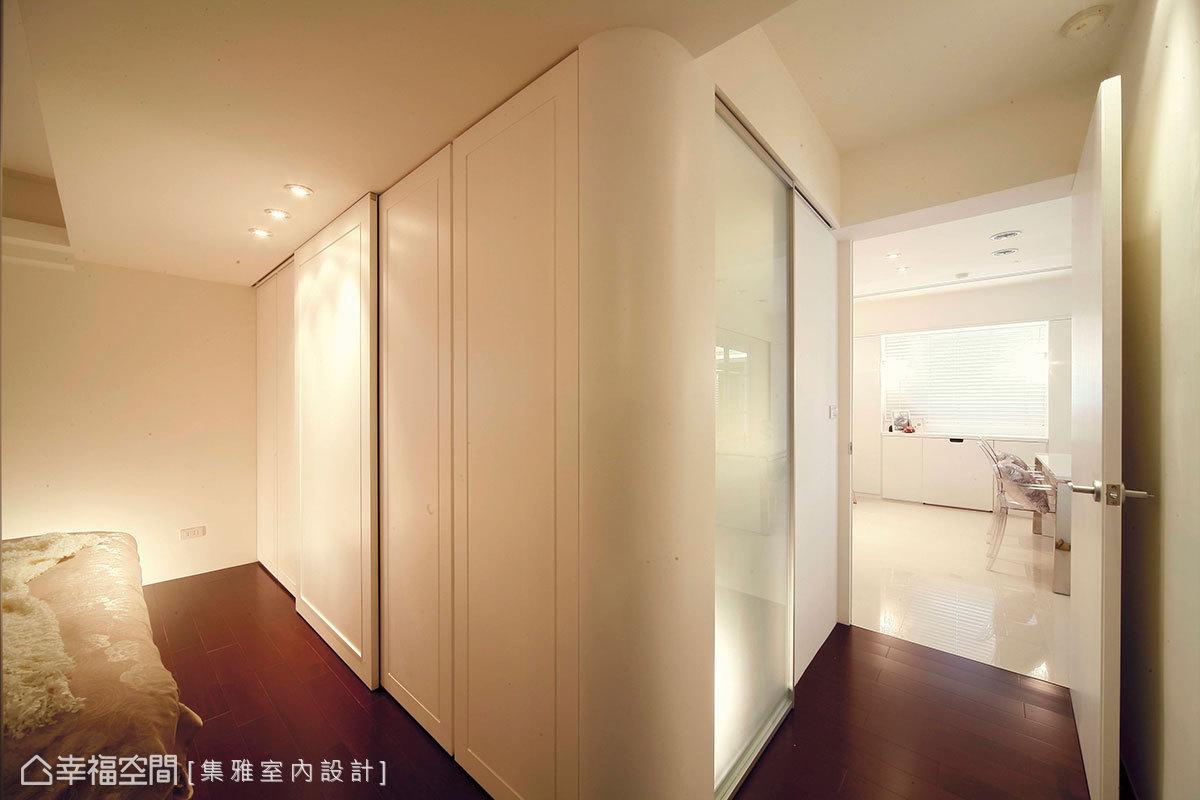 藉由簡練的線條與色彩,讓空間立面乾淨歸整,也讓衣物、收藏品及電視可以巧妙的隱藏起來,營造簡潔溫馨的居家氛圍。