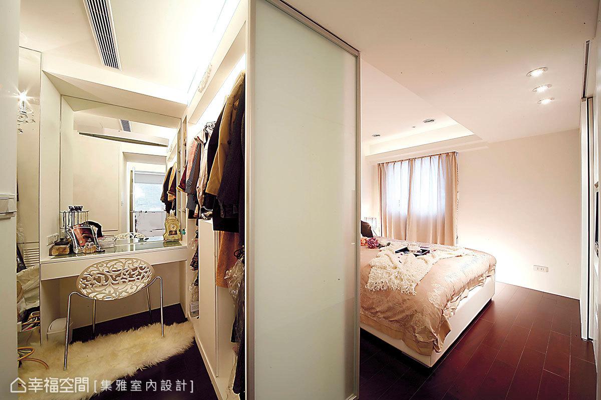 噴砂玻璃門後作為主臥的更衣室,左右兩側井然有序地陳列屋主的衣物。