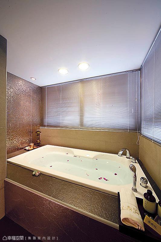 帶點華麗感的主臥衛浴,砌高並加寬了澡盆使用空間,在金屬馬賽克的輝映之下,更顯低調奢華。