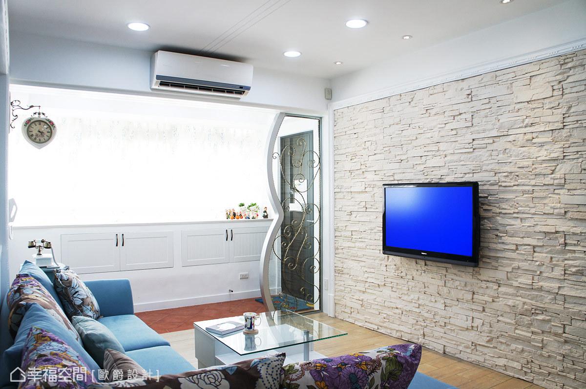 入門處緞鐵造型短屏稍掩屋外向內窺望的視野,復古磚與文化石電視牆構築溫暖鄉村風格基底。