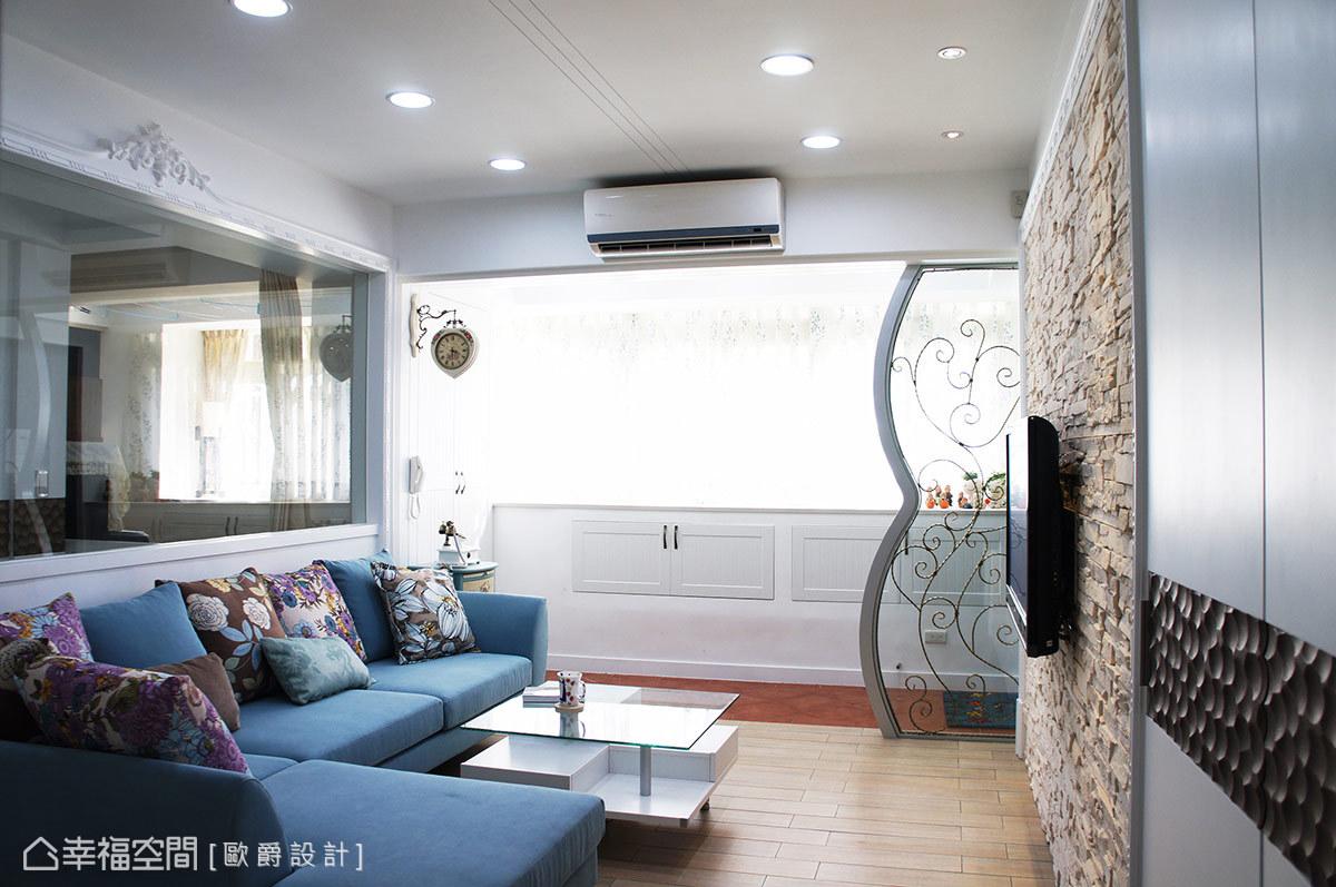 進入空間後的視線,在設計師採清玻分野客廳、書房後,直抵後方造型端景牆,從視覺延展度拉長空間深度。