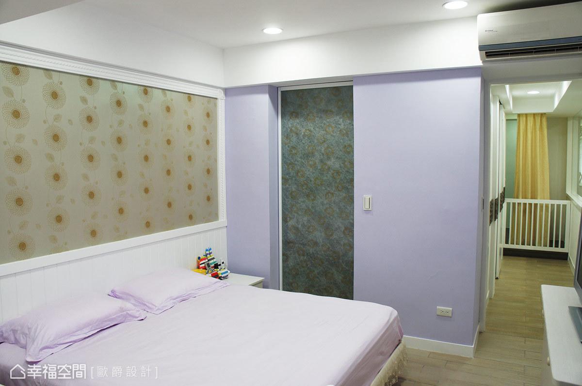 夾紗玻璃推門後方的更衣室與衛浴連通規劃,雙動線設計讓生活更加便利。