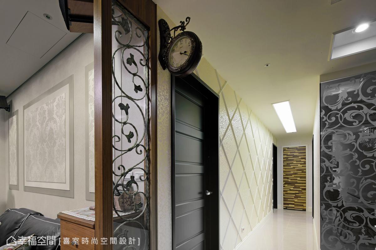 細節中可見客廳沙發背牆處壁紙、噴漆與金漆多層次堆疊,而廊道間立面線板拼接的菱格紋飾,循序延伸出了視感畫面。