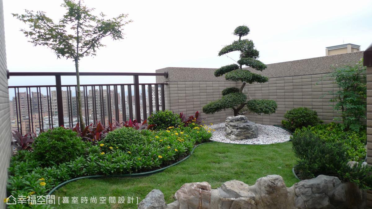 雙樓層宅邸空間,設計總監范鎮海以南方松為材構築出了空中花園平臺,加以造景設計及風水學概念,營造出錢財流入室的吉祥意象。