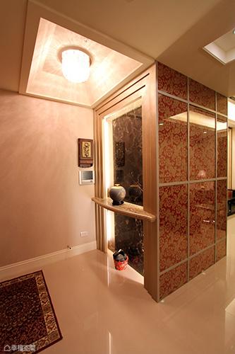 裂紋漆為框的玄關端景,背向處壓以玻璃和壁紙立面裝飾,線性錯落間巧藏鞋櫃與儲物空間。