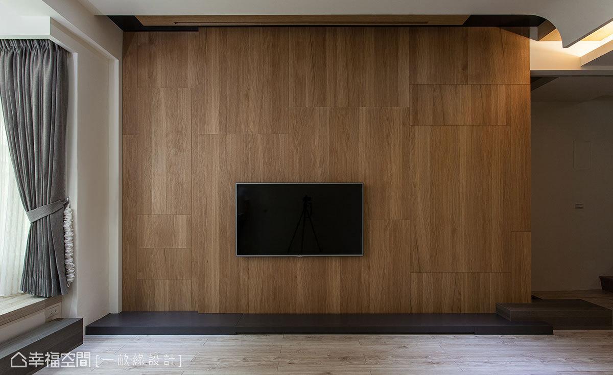 直向紋理的木皮立面讓空間感更形挑高,搭配深色石材視聽檯面,暈染自然質樸的色系層次。