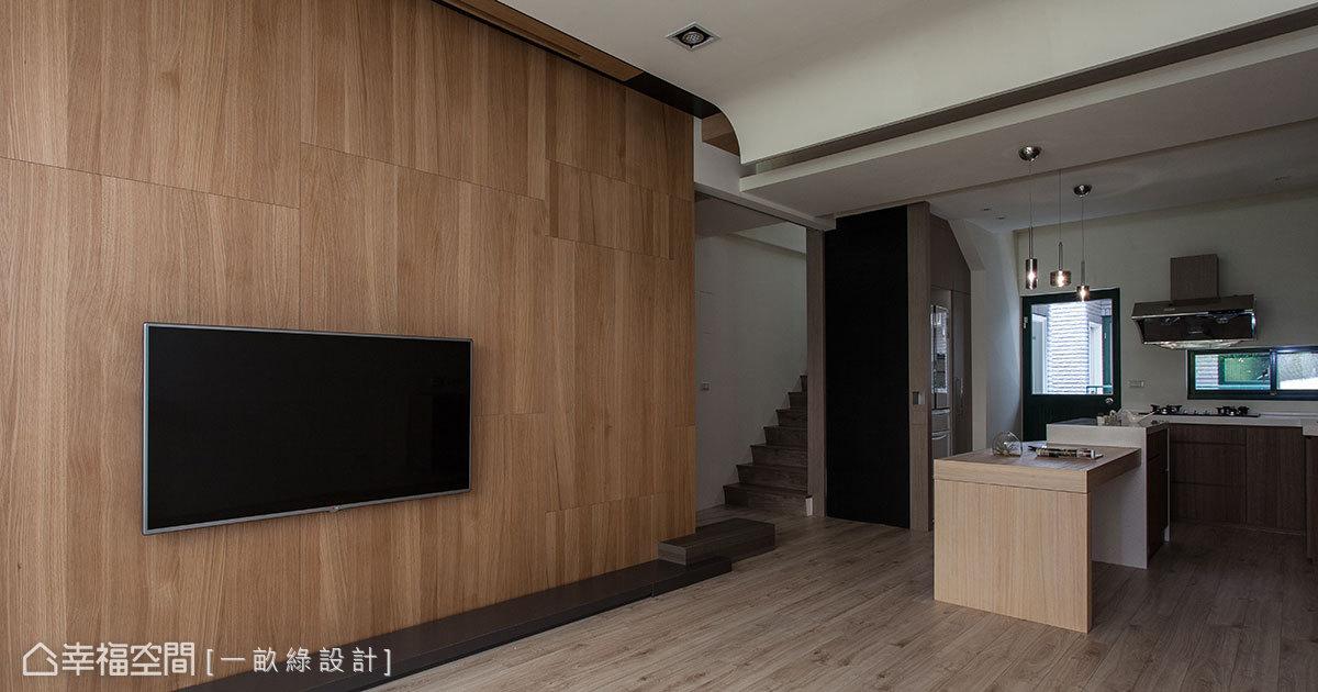 老屋的粗大樑體,透過導弧向下延伸的天花線條修飾隱藏。