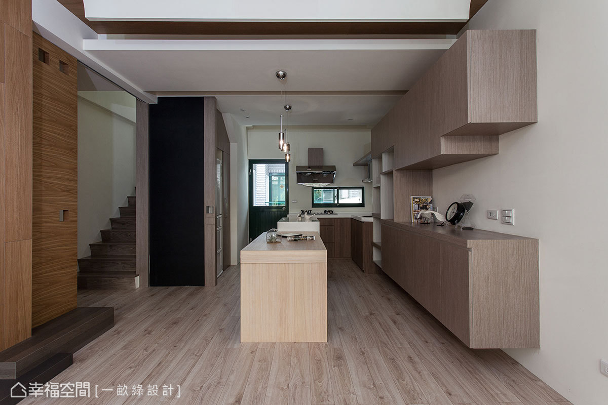 實木餐桌延續中島吧檯規劃,設計師整合餐廚區在相同場域中。