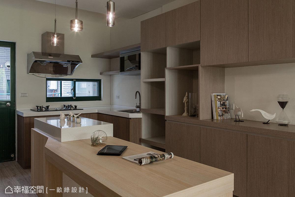 廚具設備、冰箱、電器櫃與備餐櫃機能…等,皆整合在兩邊牆面的收納櫃體裡。
