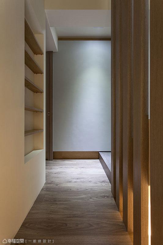 設計師增設二樓梯間平台,作為進入私領域前的空間交界。