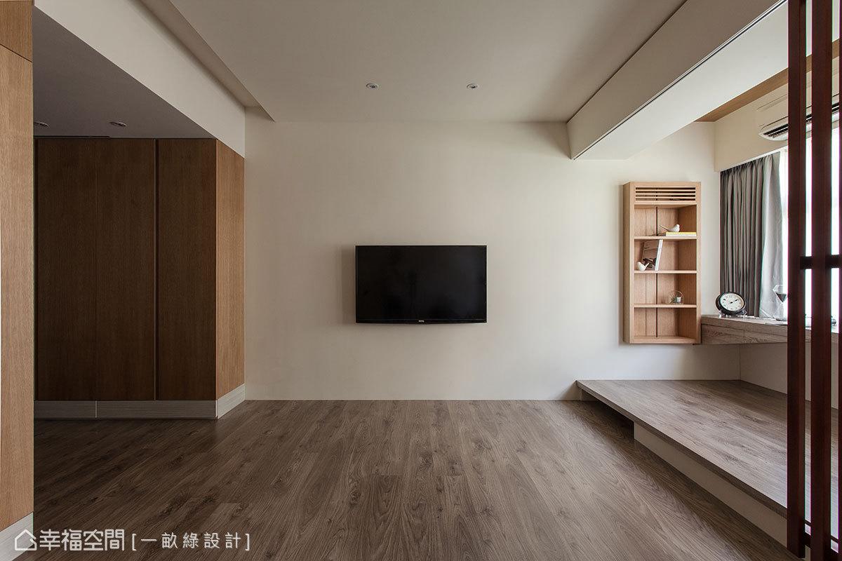 地坪架高處規劃為開放式書房區,以格柵推門簡單界分空間。
