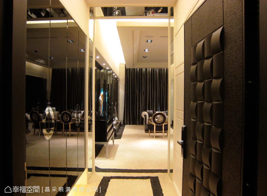 推開門扉,左側黑鏡櫃面揭開迎賓氣勢,設計師使用黑白跳色的地毯,勾勒整體調性。
