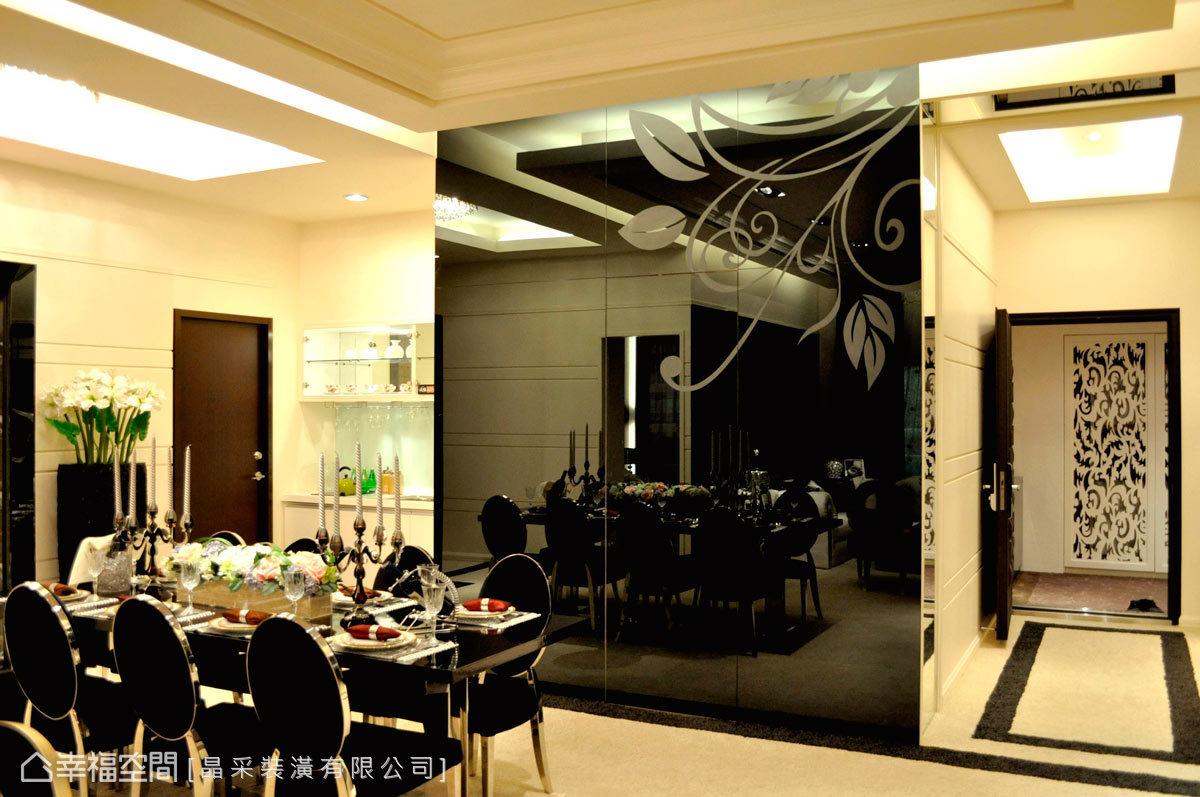 餐廚空間將美感與細膩合而為一,運用多樣材質構組華麗風格,如輝映鏡面與優美噴砂圖騰,鋪述場域質感。